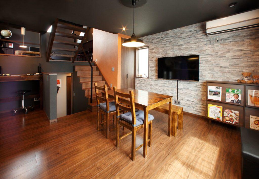 落ち着いた雰囲気のカフェ風の2階のダイニングキッチン。
