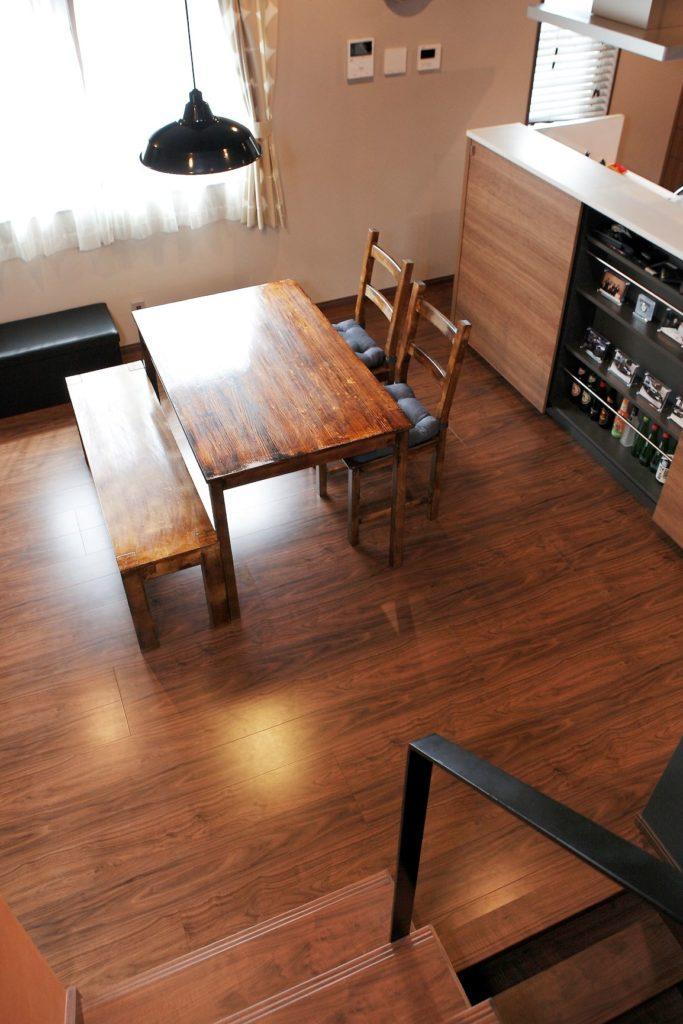 黒いアイアン手摺とダークウッドの床材が光るカフェ風のインテリア