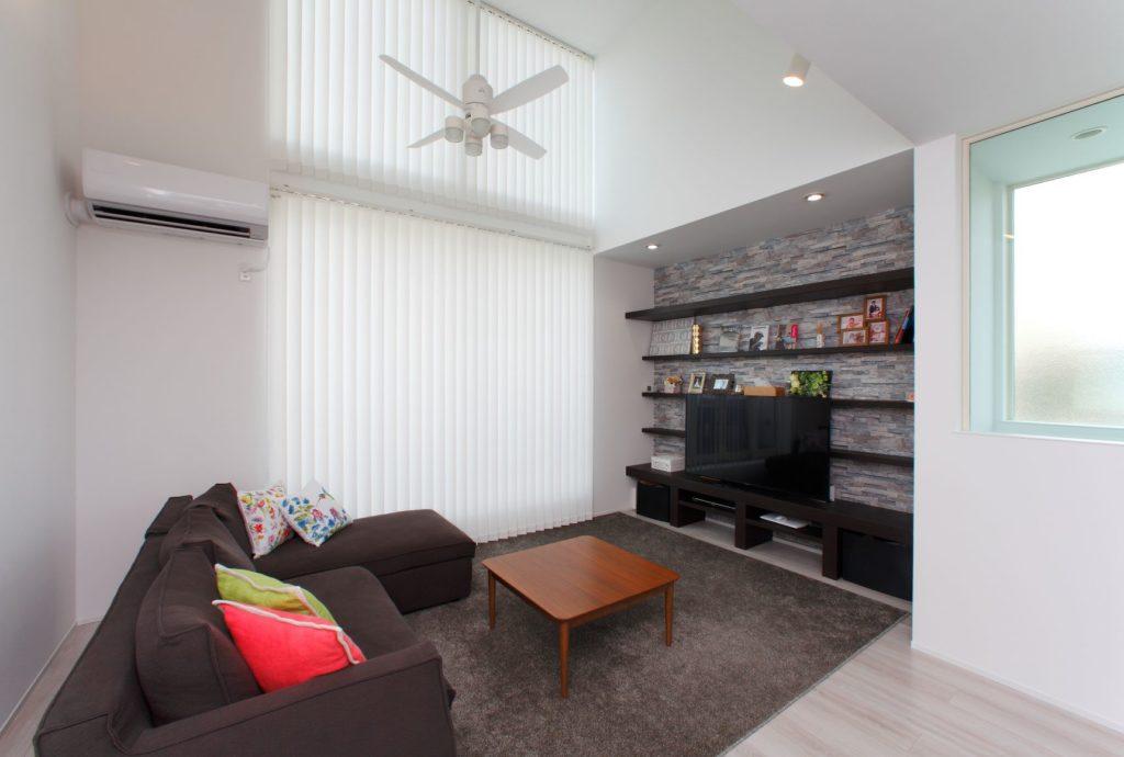 屋根の形状を利用した高窓のある白を基調とした明るい家