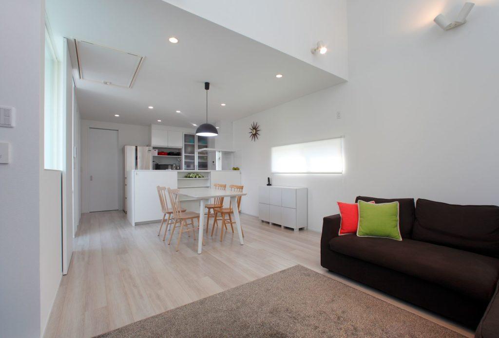 「屋根の形状を利用した高窓のある白を基調とした明るい家」施工実例を公開しました。