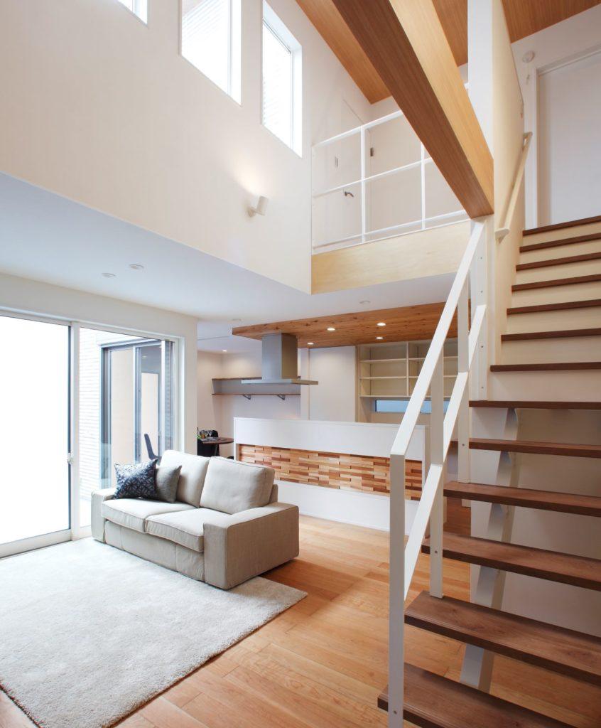 格子や床材に木をふんだんに使い温もりを感じる家