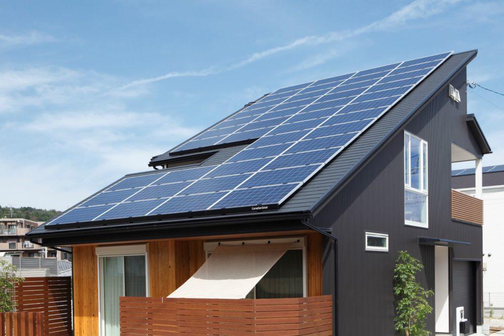大きな傾斜屋根に10キロ以上の太陽光発電を設置