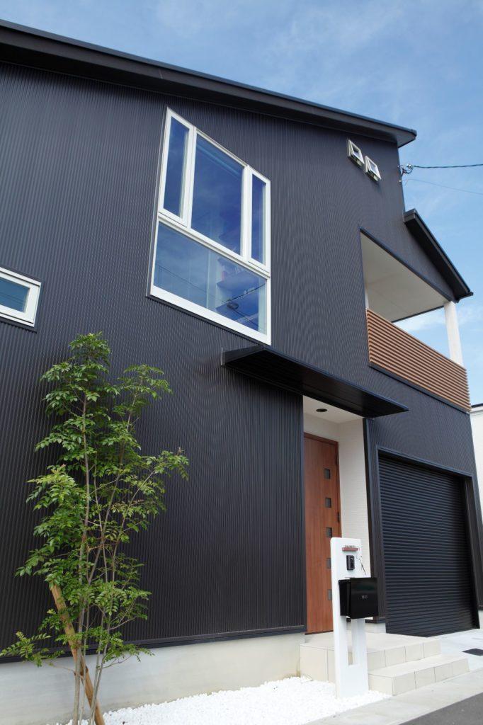 外壁は金属サイディングを使用し、黒を基調とした落ち着いたデザインに