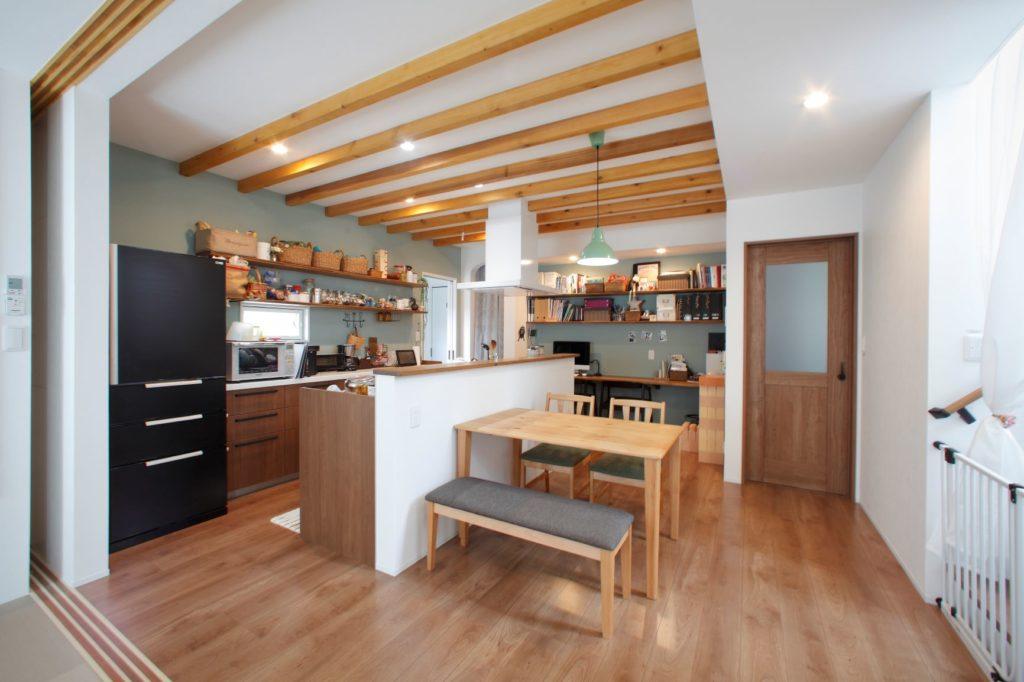 天井の飾り梁が美しいキッチン
