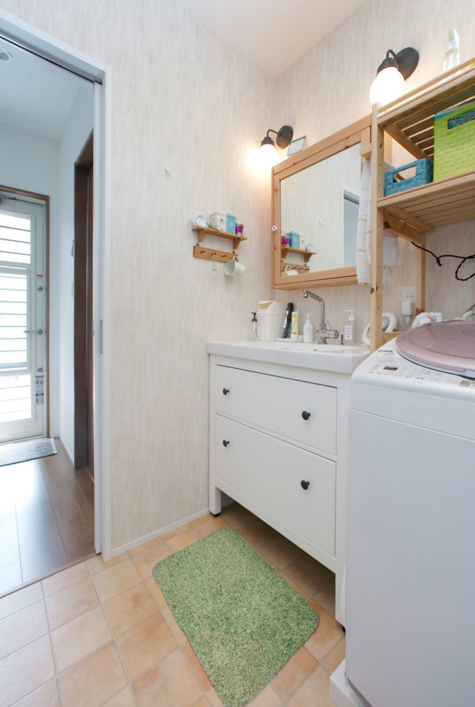 海外の商品を使用した造作の洗面化粧台