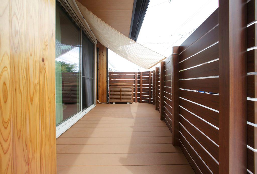 リビング横のデッキスペース、軒天と同じ木目を基調としたデザイン