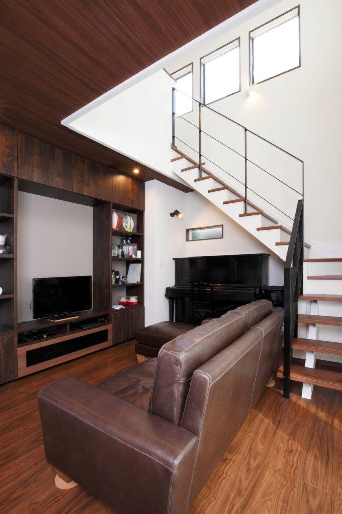 「バーカウンターを造作した落ち着いたデザインの家」施工実例を公開しました。