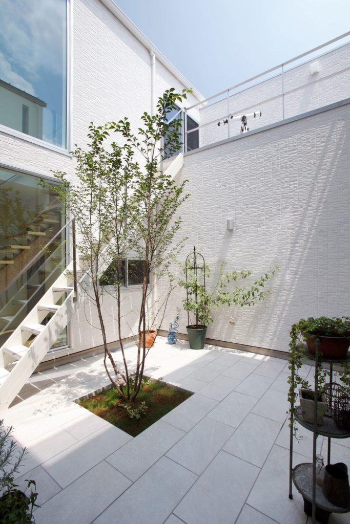 プライバシーを守るため道路側には窓を作らない代わりに、中庭をつくることで光と風を取り込む