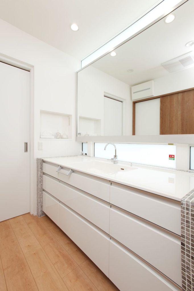 白で統一した高級感のある洗面化粧台