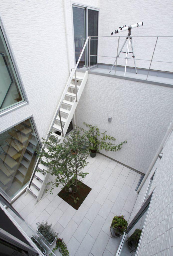 内と外に階段をシンメトリーに配置