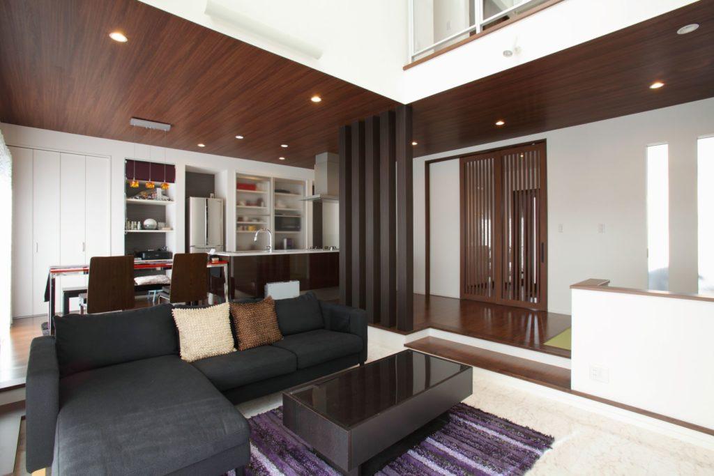 「吹抜の大空間のある白いタイルの個性的な外観の家」施工実例を公開しました。